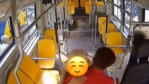 暖心!姑娘因失恋哭泣不止 公交司机递上纸巾安慰