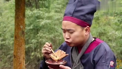 二牛在户外做了铁板豆腐,麻辣鲜香,再来一碗白米饭,真过瘾