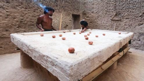 小哥野外制作台球桌打台球,这玩法还是头一次见