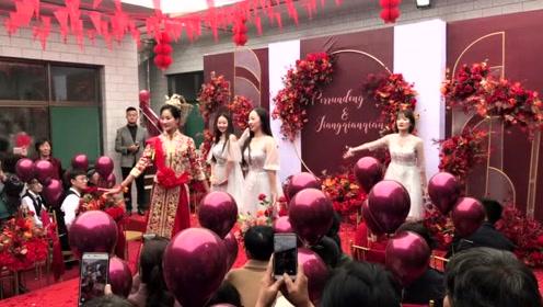 """农村新娘带领伴娘台上表演""""舞蹈"""",网友:实力不简单!"""