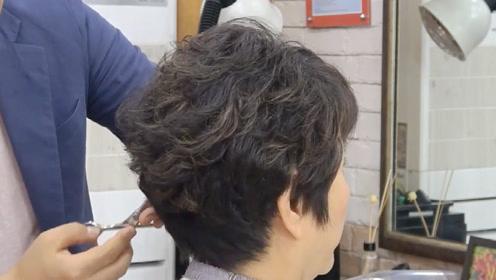 """55岁女性齐肩发剪成""""半盖耳""""短发,干练显年轻,时尚好图片"""
