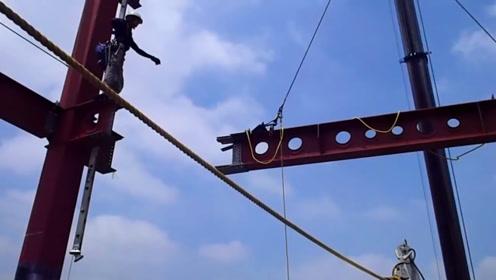 高空吊装钢骨,要求精准对接,工人的安全措施很有保障