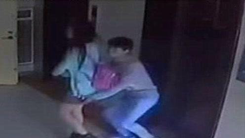 女子走进电梯回家,男子尾随而入,监控拍下绝望全程!