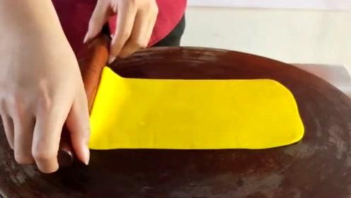 金黄的面饼,一烤就鼓起来,这个小吃有意思