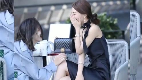 艳若桃李的美女,搭配黑色连衣裙,尽显女性的柔美更有品位!