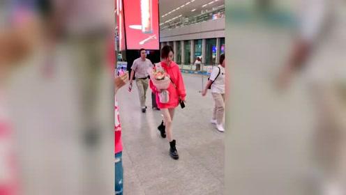 今日街拍:王丽坤!有人认识她吗?