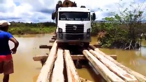 果然还是开挂的民族,几根木头搭的桥,重载卡车直接从上面开过去