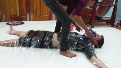 小伙喝醉了,男子赶紧将他绑在地面上,这下有好戏看了!