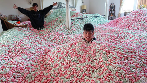熊孩子趁父母不在家,将棉花糖倒满卧室,网友:看父母回来怎么办