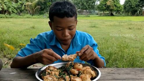 印度农村人太辛苦了,小小年纪不能上学,只能在家里做饭