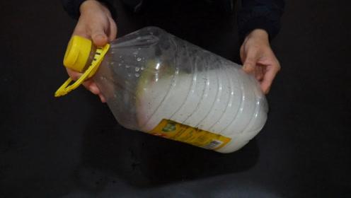 清洗油桶,把这两样东西倒进去,油渍一分钟洗干净,简单实用