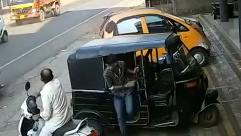 恶有恶报!摩托车突然急停!却忘记后面还有大货车