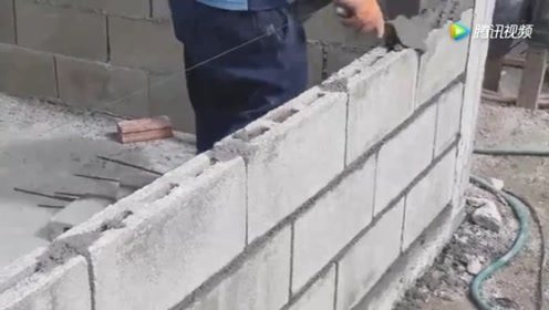 路边发现有人砌墙,感觉有点不对劲,细看砖块愣住了