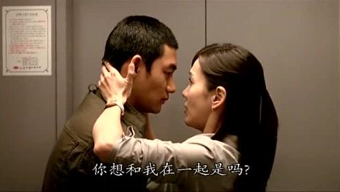 女老师和学生走入电梯,两人深情对视,甜蜜拥吻在一起