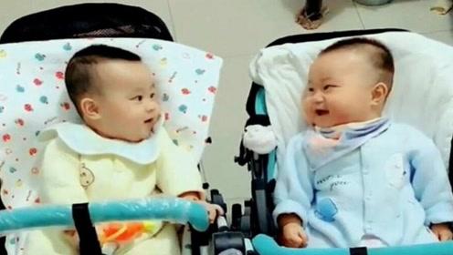"""双胞胎宝宝飙""""婴语""""说笑,妈妈听得一脸懵,接下来画面太搞笑"""