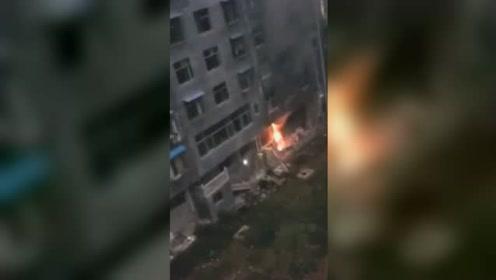 重庆一住户家中发生火灾 现场火势凶猛浓烟冲天