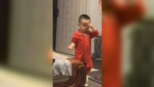 男童转完圈后懵圈撞墙 亲妈一旁哈哈大笑拍下视频