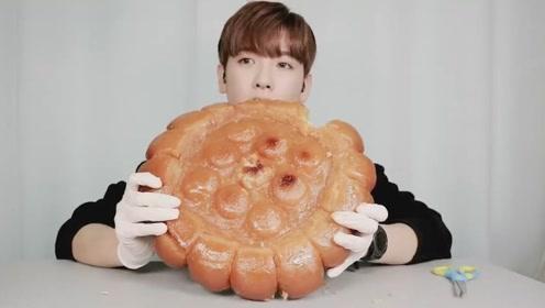 韩国小哥哥吃超大软曲奇,看起来像蛋糕,我要是吃完长肉算你的