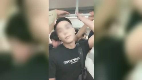 广州地铁猥琐男露下体触碰女子头部 女子当场发飙