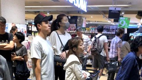 熊黛林与丈夫恩爱逛超市 选特价日买菜不怕排长队
