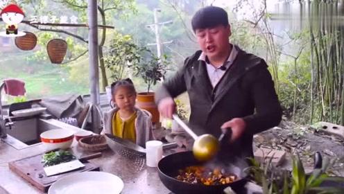 德哥在乡下做了韭菜猪血烧豆腐,麻辣鲜香嫩,和家人大口猛吃真香