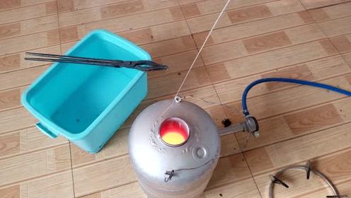 这是我花150买来的防弹玻璃,一锤子就碎了,然后用1400度熔炼它