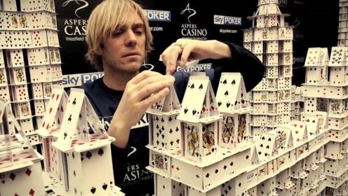 21万张扑克牌打造成的建筑,却遭受质疑,建造者怒将其推到