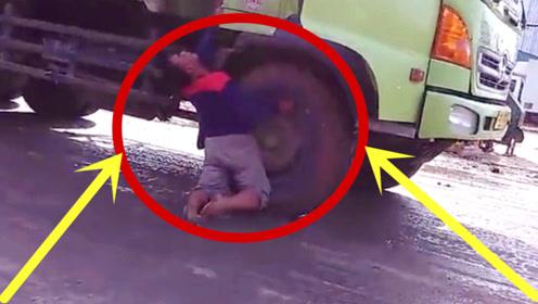 惊险!男子突遭高压电击,跪地不起,监控回放腿吓软!