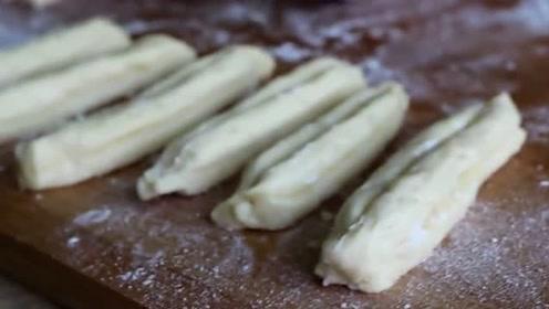 制作小油条竟不用放水,吃上一口还能外酥里嫩