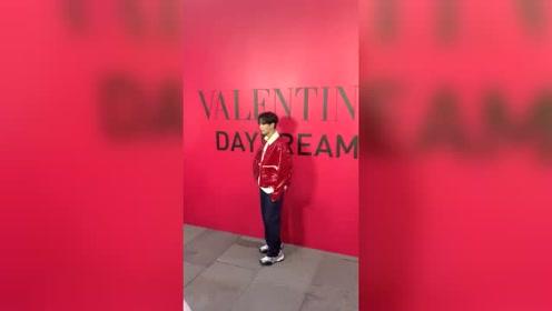 李汶翰身着皮衣外套亮相时尚活动 旺旺真的好适合红色