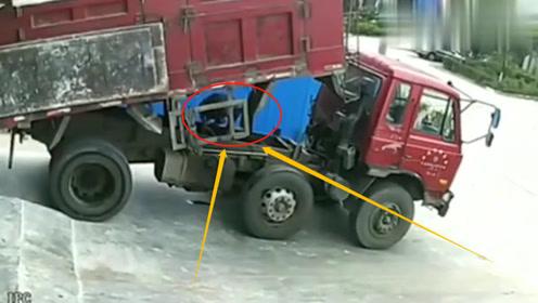 货车司机进入车厢底部修车,如果不是监控,谁能想到他真么惨!