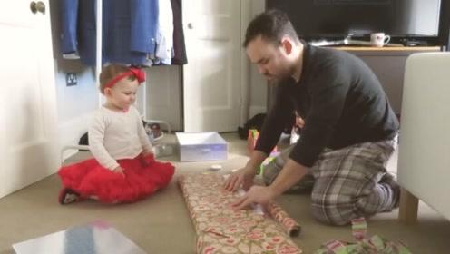 Emilia和爸爸在包装礼物,宝宝的这身打扮,被可爱到了