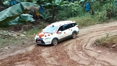 村长的儿子结婚了,结果到了村口司机不敢开,这烂泥路太滑了!