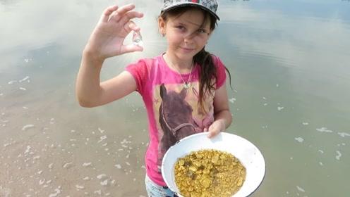 小女孩河边挖沙,竟有许多意外惊喜,网友:这辈子不用奋斗了!
