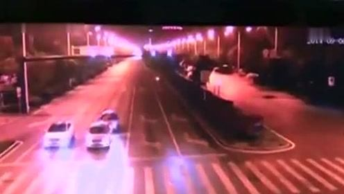 轿车等红灯瞬间遭人抢包