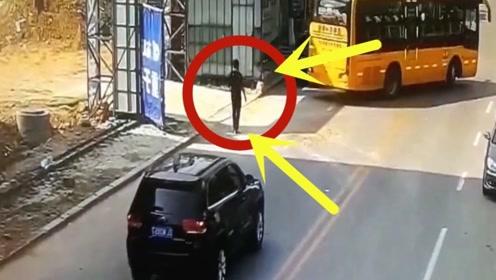 大巴正倒车,一男子竟径直朝大巴撞去,调看监控真相叫人心碎!