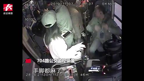 湖南一男乘客公交车上突发疾病抽筋不止,司机疏散乘客果断改路线送医
