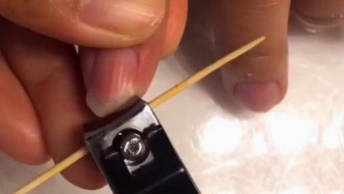 每次剪指甲就到处飞溅,想不到用一根牙签就能解决!
