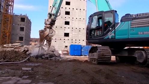 挖掘机换上液压钳,把每一块石头捏碎,看着很过瘾