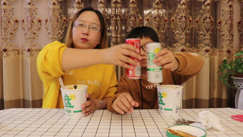 """最近流行吃""""雪碧泡面"""",可轩妈偏要做""""可乐泡面"""",哪个更好吃"""