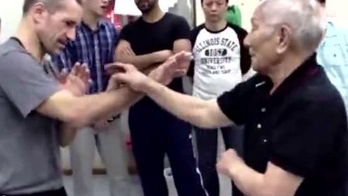 中国功夫再发威,外国友人远道而来向叶准请教咏春拳,这就是大师