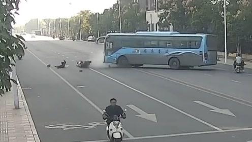 25岁男子当场身亡!生死回看客车违规调头撞上超速摩托车