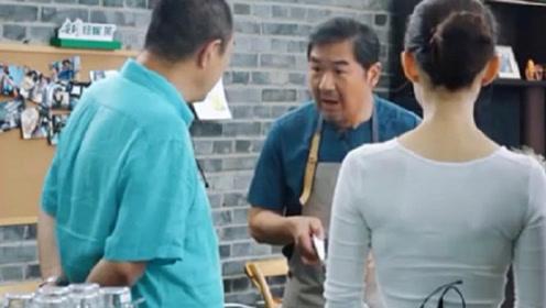 张国立切肉被张铁林调侃矫情,媳妇实力拆台,网友:太卑微