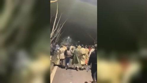 川航重庆站乘务员竞聘 8000多人排队面试场面火爆