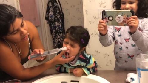 妈妈给小女儿洗鼻子,小娃闭着双眼有点害怕,洗完立马感觉舒服了