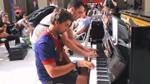 让人震惊的钢琴表演,两陌生男子四手联弹,听呆全场旅客!