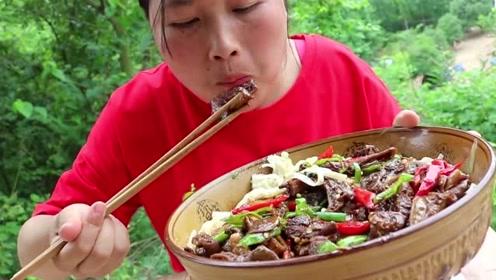 2斤面条1斤牛杂,胖妹牛杂汤面很馋人,加点辣椒才够味!
