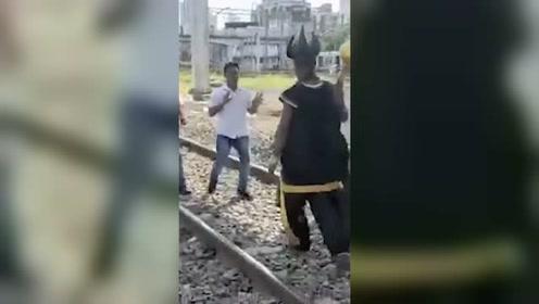 """印度 """"死神""""有点暖!敢横穿铁轨 一言不合就扛走"""