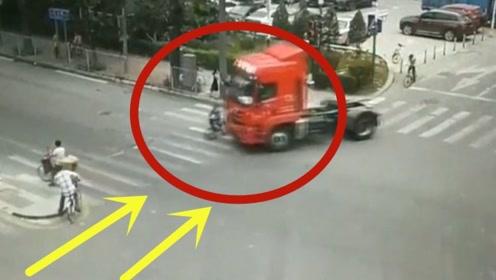 一个横穿马路,一个不看人右转,下一秒悲剧发生!