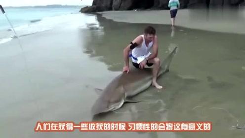 男子捕到2条大鱼正在拍照,一道黑影掠过鱼没了,镜头记录全过程